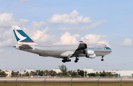 boeing 747: Miami, USA - 30 gennaio 2011: Pesante atterraggio jet jumbo a Miami International. Cathay Pacific Boeing 747 trasporta merci da Miami ogni giorno.