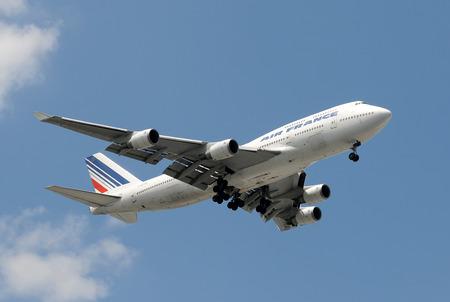 boeing 747: Miami, Stati Uniti d'America - 6 settembre 2008: Air France Boeing 747 jumbo jet atterraggio al Miami International Airport. Air France offre collegamenti tra gli Stati Uniti e la maggior parte delle grandi città europee