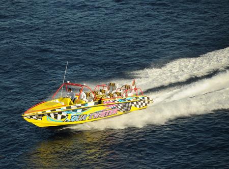 cozumel: Cozumel, M�xico, el 16 de diciembre de 2010: Lancha prepara para llevar a los pasajeros a la mar. Lanchas r�pidas ofrecen entretenimiento para emocionar a la b�squeda de los turistas