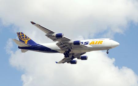 boeing 747: Miami, USA - 17 settembre 2011: Atlas Air carico pesante jet atterraggio al Miami International Airport. Atlas gestito una flotta di Boeing 747 cargo aerei