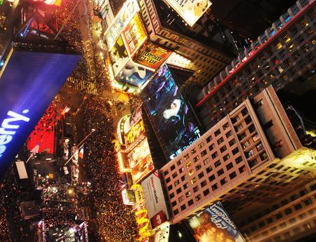 sylwester: Nowy Jork, USA - 31 grudnia 2011: Tłumy zbierają się, aby świętować Sylwestra w Time Square nowojorski City na 31 grudnia 2011 Publikacyjne