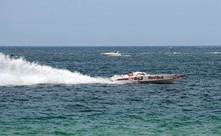 bateau de course: FORT LAUDERDALE - 7 juin: Hard Rock parrainé courses de bateaux dans le 5ème Lauderdale de Super Grand Prix Bateau annuel Ft parrainé par Panasonic. L'événement a eu lieu à Fort Lauderdale, en Floride, entre le 5 et le 7 Juin, 2009.