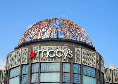 macys: Parm Beach, USA - 8 Ottobre 2007: negozi Macy preparano per una stagione turistica occupato. Macy � un grande distributore americano di prodotti di abbigliamento, moda e casa Editoriali