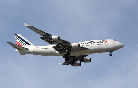 boeing 747: Miami, USA - 18 febbraio 2012: Air France Boeing 747 jumbo jet atterraggio al Miami International Airport. Air France offre collegamenti per destinazioni numrous in tutta Europa e nel mondo