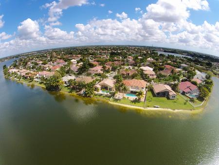 clase media: Casas frente al mar de la clase media en vista a�rea de la Florida