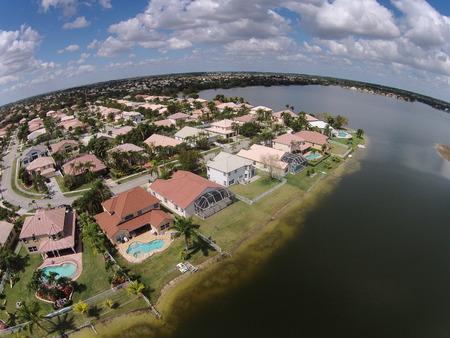 clase media: Casas frente al mar de la clase media en Florida visto desde arriba