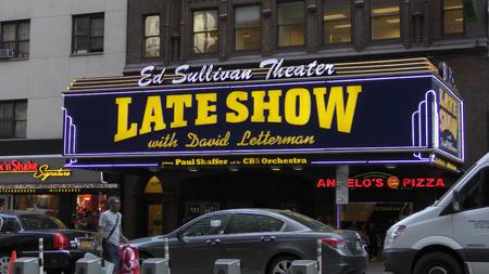 llegar tarde: NUEVA YORK - 12 de mayo: CBS Late Night Show con David Letterman saluda a peatones en 53rd St en Nueva York el 12 de mayo pasado a�o 2015 de Letterman en el programa ser� 2015