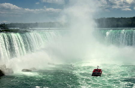 horseshoe falls: Tour boat at the base of Horseshoe Falls, Niagara Falls