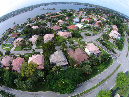 Suburban neighborhood in Florida seen from high up 版權商用圖片 - 47998847