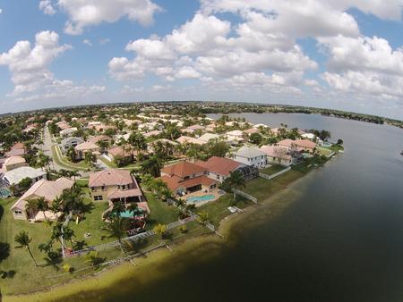 Suburban huizen aan het water in Florida van bovenaf gezien