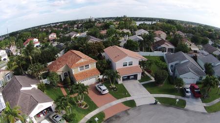hogares suburbanos en Florida visto desde arriba mirando hacia abajo