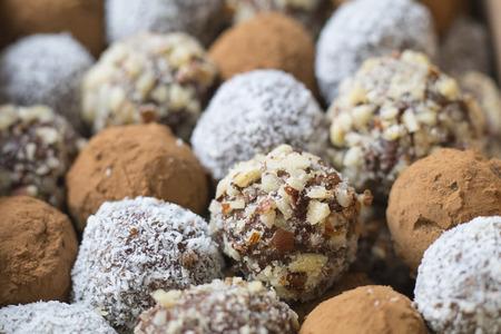 Hazelnoot, cacao, kokosnoot en de datum zelfgemaakte ballen, in rijen opgesteld.