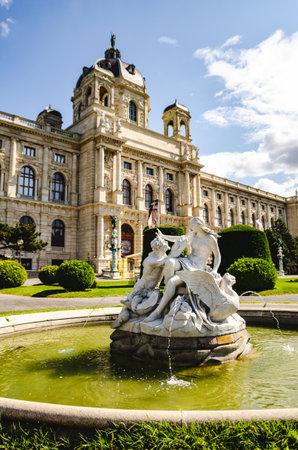 Belle vue sur le célèbre Naturhistorisches Museum (Musée d'histoire naturelle) avec parc et sculpture à Vienne, Autriche