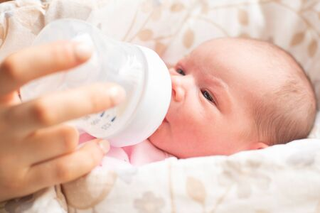 母亲喂养四天老新出生的女婴。