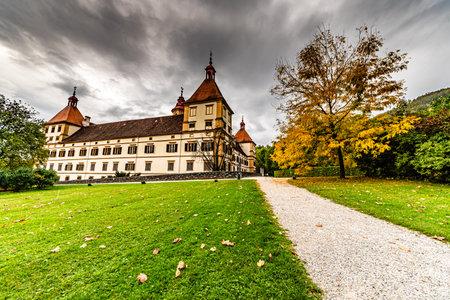 Graz, Austria 02.10.2019: Widok na pałac Eggenberg w jesiennej miejscowości turystycznej, słynny cel podróży w Styrii.