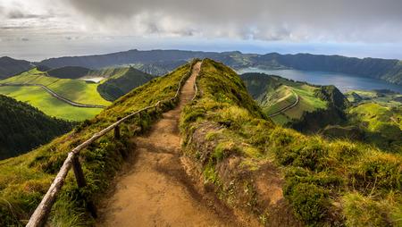 Wanderweg führt zu einem Blick auf die sieben Städte Seen, Sao Miguel Island, Azoren, Portugal