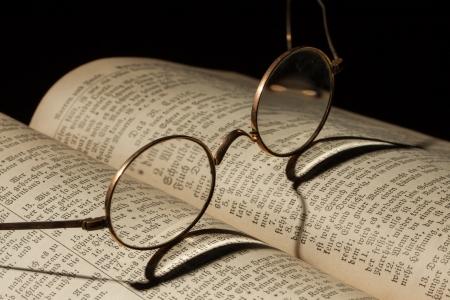 bible ouverte: Bible de famille vieux avec des lunettes Banque d'images