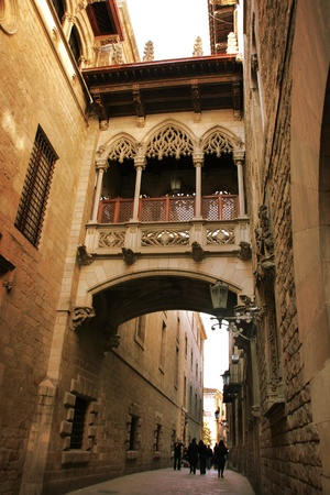 barcelona cathedral: Barcelona: neogothic bridge at Carrer del Bisbe (Bishop Street), near Placa del Rei and Placa Sant Jaume, in the heart of Barri Gotic (Gothic Quarter). Barcelona, Catalonia, Spain Stock Photo