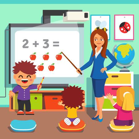 Kleuterjuf vrouw lesgeven aan kinderen wiskunde met een interactief bord. Studerende kinderen in de klas. Vlakke stijl cartoon vector illustratie met geïsoleerde objecten.