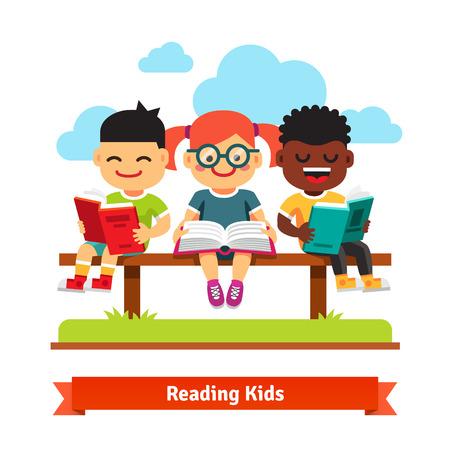 세 웃는 아이 벤치에 앉아 책을 읽고. 플랫 스타일의 만화 벡터 일러스트 레이 션 흰색 배경에 고립입니다.