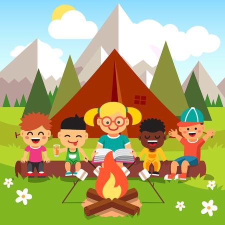 lectura: Niños de kindergarten de camping en el bosque cerca de las grandes montañas. Niños sentados y escuchando a los maestros que leen un libro junto al fuego. Estilo de dibujos animados ilustración vectorial plano con objetos aislados.