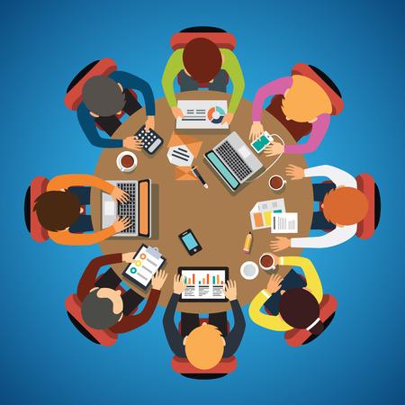 tormenta de ideas: Ocho personas se unen sentado y trabajando juntos en la mesa redonda.