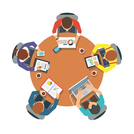 Fünf Menschen-Team sitzt zusammen und arbeiten an den runden Tisch.