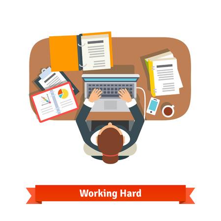 Mujer de negocios que trabajan duro sentado en el escritorio y escribiendo en la computadora portátil.