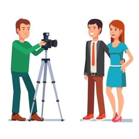 Fotografo scatta una foto di una bella coppia. Piatto stile illustrazione vettoriale isolato su sfondo bianco. Vettoriali