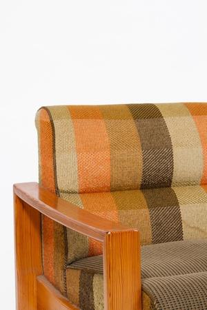 divan: Sillón tapizado de colores de madera sobre fondo blanco Foto de archivo