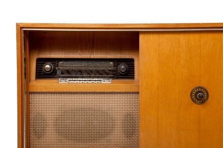 transistor: La antigua caja de madera de radio marrón sobre fondo blanco, vista de cerca