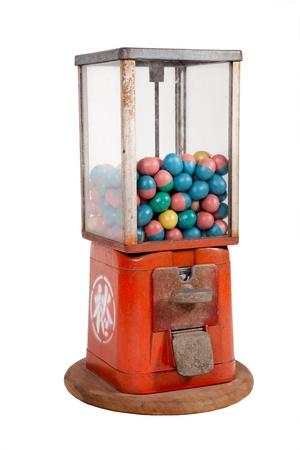 dispense: Antiguo dispensador con huevos de colores en el interior sobre fondo blanco