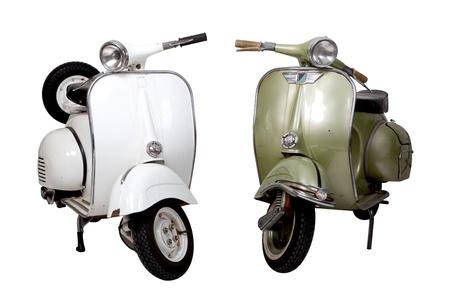 scooter: Vieja motocicleta blanca y verde sobre fondo blanco