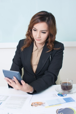 Young business woman calculating  Éditoriale