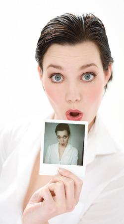 making faces: Giovane donna con la sua polaroid e fare le facce.