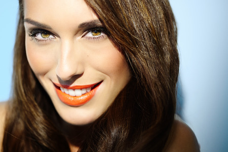 Smiling woman in sunlight closeup. Banco de Imagens