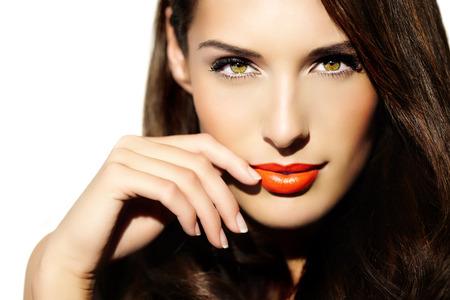 Portrait d'une jeune femme à la lumière ensoleillée avec rouge à lèvres brillant. Banque d'images - 35223015