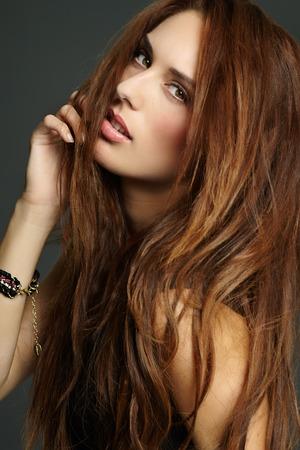 plan éloigné: Modèle avec de longs cheveux rouges. Banque d'images