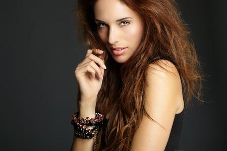 mujeres fashion: Modelo de manera con el pelo largo de color rojo. Foto de archivo