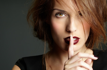 Fashion model avec les cheveux courts et le secret expresssion. Banque d'images - 35223121