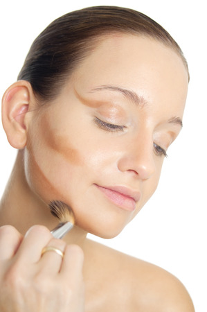 mujer maquillandose: Cara de maquillaje de sombra de contorno t�cnica del artista de maquillaje profesional.