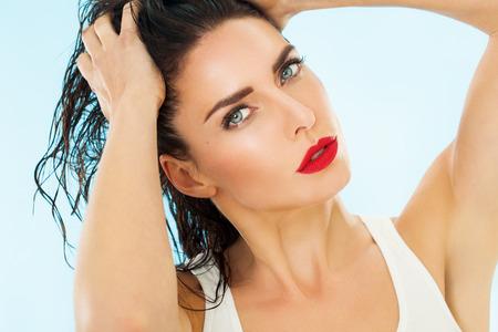 Close-up van een mooie vrouw met natte haren.