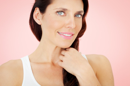blue eyes: Beautiful woman with blue eyes on pink background. 스톡 사진