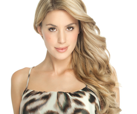 ragazze bionde: Bella donna caucasica con i capelli lunghi in posa su sfondo bianco.
