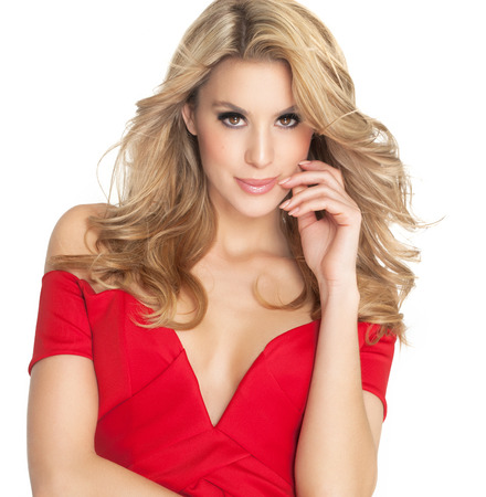 cabello rubio: Mujer hermosa en el vestido rojo con el pelo largo y rubio. Moda sobre fondo blanco. Foto de archivo