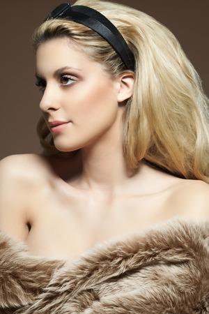 cabello rubio: Retrato de una mujer con el pelo rubio y abrigo de piel. Foto de archivo