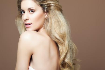 cheveux blonds: Portrait d'une femme avec les cheveux blonds luxuriante.