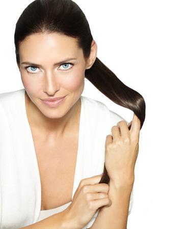 彼女の髪を持つ女性。