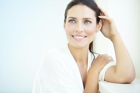 mujeres: Sonriente mujer de 30 años de edad en la ventana.