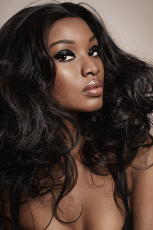 cabello negro: Primer plano de una bella mujer africana con maquillaje.